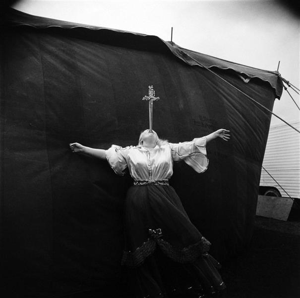 Albino Sword Swallower at a Carnival, 1970 - Diane Arbus