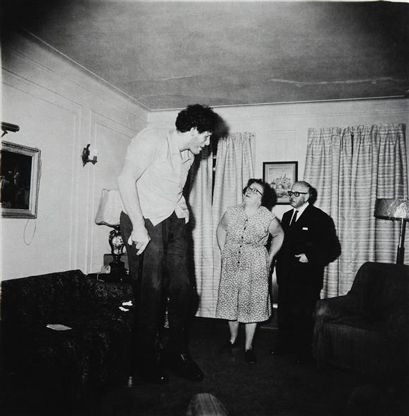 A Jewish giant at home with his parents in the Bronx, 1970 - Diane Arbus