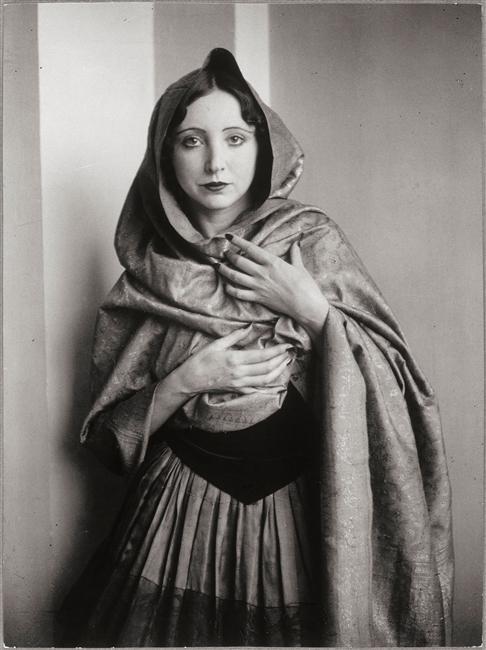 Anaïs Nin drapée dans un châle, 1932