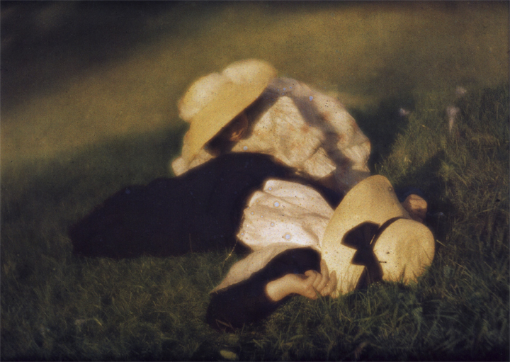 Miss Mary and Edeltrude Lying in the Grass, 1910 - Heinrich Kühn