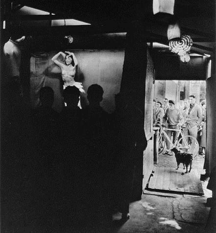 Wanda wiggles her hips, 1953 - Robert Doisneau